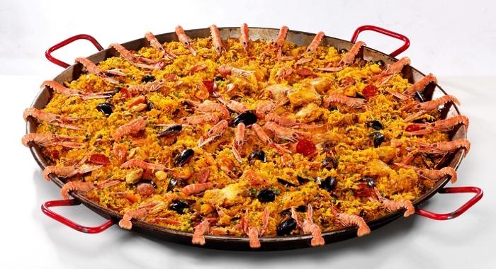 paella '( la royale poulet dans la plus pure tradition composée de grosses crevettes ,,moules ,encornets, tous les ingrédients frais cuisinés sur place .